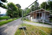 Hinter dem Zaun: Eine Baracke des Asylzentrums Kleine Schliere in Alpnach. (Bild: Corinne Glanzmann)