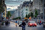 Stau wie hier an der Hirschmattstrasse gehört in Luzern zum Alltag. (Bild: Boris Bürgisser / Neue LZ)