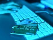 Mit offiziellen Absender von Behörden oder Firmen versuchen Internet-Betrüger seit einigen Monaten, unter anderem an die Kreditkarteninformationen der Empfänger zu kommen. (Symbolbild) (Bild: Keystone/DPA dpa/A3386/_ULI DECK)