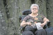Monica Furger (61) im Garten der Wohngemeinschaft Fluematt, wo sie lebt. (Bild: Pius Amrein/LZ, Dagmersellen, 4. April 2017)