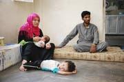 Nemer mit seiner Familie: Der zweijährige Hamad rollt apathisch auf dem Boden hin und her. (Bild Aleksandra Mladenovic)