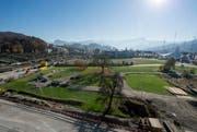 Auf dem Areal Mattenhof II (hinten) soll die Sport- und Eventhalle Pilatus Arena entstehen. Links ist die Zentralbahn-Strecke zu sehen. (Bild: Keystone / Urs Flüeler)
