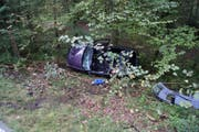 Das zerstörte Auto. (Bild: Zuger Polizei)