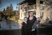 Manuela B. mit ihren Söhnen Luca (10) und Fränz (5 Monate) in ihrem Heimatdorf im Luzerner Seetal. (Bild: Pius Amrein (22. November 2017))