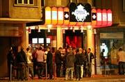 Vor dem Club Opera bilden sich jeweils lange Schlangen. (Bild: Philipp Schmidli/Neue LZ)