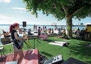 Lia Ray macht den musikalischen Auftakt in der Badi Seeliken. (Bild: Maria Schmid (Zug, 29. Juli 2017))
