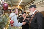 Das Luzerner Original Hans Ochsenbein (rechts) erhält von Hans Pfister, Präsident der Güüggali-Zunft, und Gründungsmitglied Alice Laubacher die goldene Nadel. (Bild: Eveline Beerkircher (Luzern, 13. Dezember 2017))