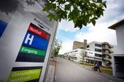 Archivbild: Aussenansicht des Spitalgebäudes in Einsiedeln. (Bild: Pius Amrein (Neue LZ))