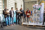 Einreichung der Volksinitiative «Mehr bezahlbare Wohnungen» beim Bundeshaus: Rund 13000 Unterschriften gingen über die Onlineplattform Wecollect ein. Bild: Marcel Bieri/Keystone (Bern, 18. Oktober 2016)