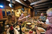Joel Wicki (rot-weisses Hemd) geniesst das Fondue im Restaurant Schwarzenegg auf Sörenberg mit Freundin Alicia, Bruder Kevin, Vater Herbert, Kevins Freundin Martina (verdeckt) und Mutter Esthi. (Bild Roger Grütter)