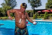 Für Kasimir Steiner (69) ist die Badi in Willisau dieser Tage sein Zuhause. Damit seine Haut vor der Sonne geschützt ist, entwickelte er eine besondere Methode: Er trägt die Creme mit einer Malerrolle auf. (Bild: Philipp Schmidli (Willisau, 20. Juni 2017))