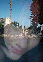 Der Künstler Hansjürg Buchmeier hat in Berlin Gesichter von Plakatschönheiten fotografiert. Das Titelbild zeigt auch ein Bild aus der Serie. (Bild: PD)