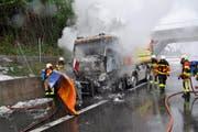 Die Feuerwehr beim Löschen eines LKW-Brandes auf der Autobahn. (Bild: Zuger Polizei)