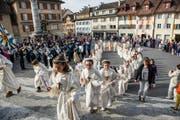 Die Erstkommunikanten beim Einzug in die Pfarrkirche Sempach. (Bild: Roger Grütter / Neue LZ)