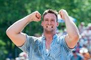 Kilian Wenger ist Sieger des Bad-Schwingets. Hier im Bild freut er sich über den gewonnenen Gang gegen Christian Schuler beim Bergkranzfest auf dem Stoos 2014. (Archivbild Keystone / Sigi Tischler)