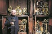 Othmar Frei, Probst (Vorsteher) des Chorherrenstifts, mit dem wertvollen Burgunderkelch vor einem Teil des Stiftsschatzes in der Luzerner Hofkirche. (Bild: Boris Bürgisser (Luzern, 27. Februar 2018))