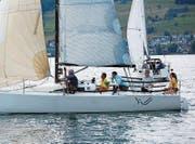 Siegerin Marianne Karlsen (Zweite von rechts, an der Pinne) vom Segelklub Meggen. (Bild: Walter Rudin (Greppen, 15. Juli 2017))