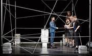 Den fünf Protagonisten des Stücks «Bandscheibenvorfall» sitzt stets ein unsichtbarer Chef im Nacken. (Bild: Matthias Muff)