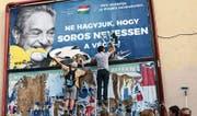 Aktivisten hatten vor einigen Tagen damit begonnen, die antisemitischen Plakate zu entfernen. (Bild: Pablo Gorondi/AP (Budapest, 12. Juli 2017))