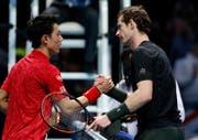 Andy Murray (rechts) und Kei Nishikori mit dem Handschlag bei den ATP World Tour Finals (Bild: Alastair Grant / AP (London, 16. November 2016))