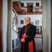 Bischof Vitus Huonder weht ein starker Wind entgegen. (Bild: Keystone / Gaetan Bally)