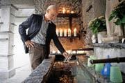 Max Galliker, Präsident des Fördervereins Luthern Bad, füllt beim Badbrünnli Wasser ab. (Bild: Manuela Jans-Koch / LZ)