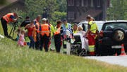 Rettungskräfte kümmern sich um die Patienten. (Bild: Geri Holdener)