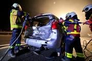 Die Rettungskräfte entfernten das Dach und die Türen des Autos, weil es beim Fahrzeuglenker den Verdacht auf Rückenverletzungen gab. (Bild: Freiwillige Feuerwehr Zug FFZ)