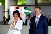 Bundesrätin Doris Leuthard und SBB-CEO Andreas Meyer feiern in Luzern den Countdown. (Bild: Keystone / Urs Flüeler)