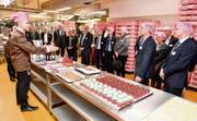 Nicht nur zuhören – die Gäste dürfen zum Glück auch probieren, während Matthias Bachmann über den Stellenwert der Handarbeit in der Produktion spricht.