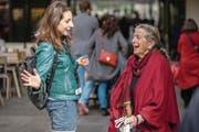 Kulturjournalistin Julia Stephan (links) im Gespräch mit Lis Frey, Leserin der «Luzerner Zeitung». (Bild: Philipp Schmidli (Luzern, 15. April 2017))