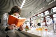 Ein Schulzimmer, in dem Chemieunterricht stattfindet. (Symbolbild) (Bild: Stefan Kaiser)