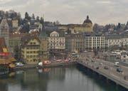 Eine Ambulanz und mehrere Polizeifahrzeuge waren am Mittwochmorgen vor Ort. (Bild: Webcam Luzern Tourismus)