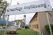 Seelisberger fordern eine vernünftige Asyllösung. Das Plakat hängt am 4. August im Dorfzentrum. (Bild: Keystone / Urs Flüeler)