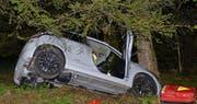 Das Unfallauto erlitt Totalschaden. (Bild: Luzerner Polizei (Adligenswil, 10. September 2017))