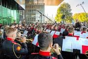 Die Suworow Militärakademie spielt am World Band Festival auf dem Europaplatz beim KKL Luzern. Bild: Philipp Schmidli (24. September 2016)