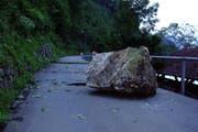 Dieser Felsbrocken donnerte 2005 auf die Kehrsitenstrasse. (Archivbild Neue NZ)