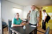 Vergangenes Wochenende konnten Besucher die Zimmer des neuen Betagtenzentrums Emmenfeld in Emmen besichtigen. Im Bild: Trudy und Werner Iten aus Root. (Bild Corinne Glanzmann)