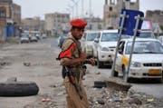 Ein jemenitischer Soldat an einer Strasse in der Hauptstadt Sanaa, die zur US-Botschaft führt. (Bild: Keystone)