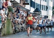 Mit der Leiter durch Zugs Altstadt rennen – noch in Führung: die Läufer der Korporation Zug. (Bild: Stefan Kaiser (26. Juni 2017))