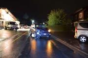 Aufnahme von der dritten Unfallstelle: Kurz vor Mitternacht verursachte ein Fahrzeuglenker auf der Ächerlistrasse in Kerns einen Selbstunfall und kollidierte mit einem Geländer sowie zwei parkierten Fahrzeugen. (Bild: Kantonspolizei Obwalden)
