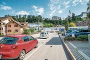 Autos sollen durch den Ausbau der Littauer Cheerstrasse den Bahnübergang künftig umfahren. (Bild: Roger Grütter (Luzern, 8. September 2015))