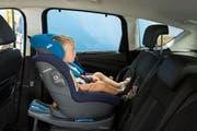 Im Kindersitz rückwärts fahren ist nach Angaben des TCS in jedem Fall sicherer. (Bild: pd)
