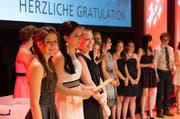 Erfolgreiche Berufsfachleute an ihrer Lehrabschlussfeier. (Bild: Roger Zbinden / Neue OZ (Symbolbild))