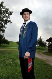 Die Tracht sitzt: Trachtentanzleiter Thomas Bachmann (21) zu Hause in Ruswil. (Bild: Pius Amrein (Neue LZ))