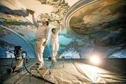 Pasquale Iacovo (links) und Farah Garofani renovieren die Decke der Jesuitenkirche. (Bild Philipp Schmidli)