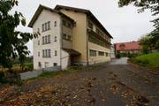Das ehemalige Bürgerheim Mettmenegg in Fischbach im Jahr 2011. (Bild: Keystone / Sigi Tischler (Archiv))