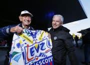 Lorenz Caminada (links, grosses Bild) hat seit der EVZ-Gründung vor 50 Jahren kaum ein Heimspiel verpasst. Das freut natürlich auch den EVZ-Präsidenten Hans-Peter Strebel (rechts). (Bild: Stefan Kaiser (Zug, 20.04.2017))
