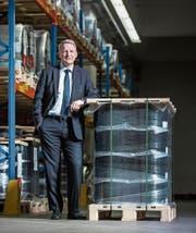 CPH-CEO Peter Schildknecht in der Lagerhalle der Produktion in Perlen. (Bild: Dominik Wunderli (15. März 2017))