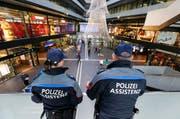 Zwei Sicherheitsassistenten überblicken die Bahnhofhalle. Im kommenden Jahr patrouillieren sie auch im Auftrag der Stadt Zug. (Bild: Stefan Kaiser)
